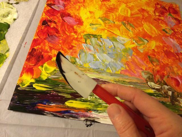 Ahora, para los árboles! Use un poco de azul oscuro y morado en el lado de su cuchillo y arrastre el cuchillo hacia abajo desde la parte superior del lienzo.