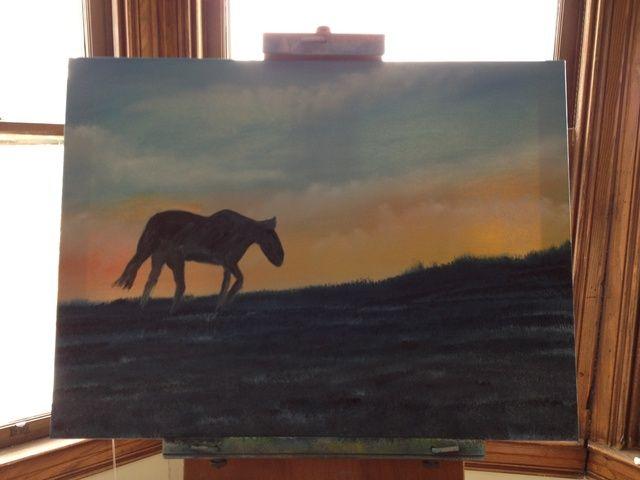Añadir negro de marfil a un pequeño cepillo de artesanía y oscurecer en su silueta del caballo. Use una espátula flexible para añadir sombras a la silueta frente a la puesta del sol.