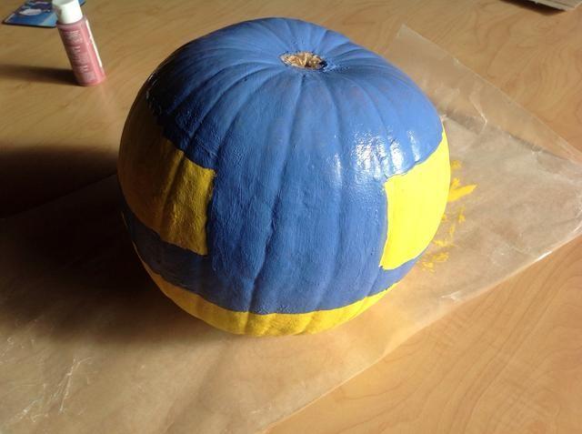 Gire calabaza boca abajo y la pintura de fondo y por el lado de una pulgada o menos. Deje secar.