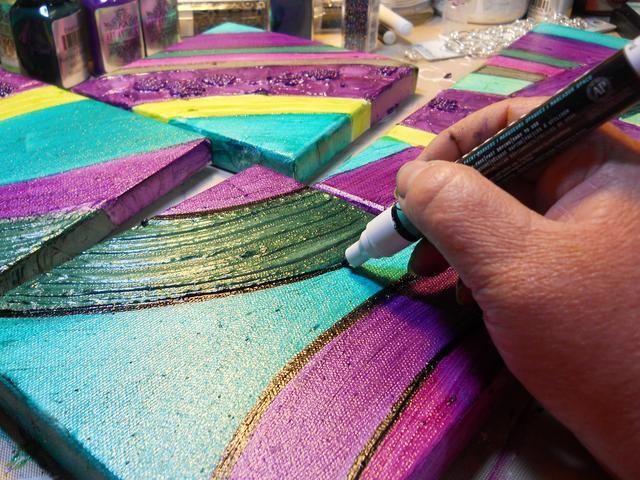 Esquema todas las rayas con un negro pen.Then pintura utilizan un lápiz de pintura blanca para añadir más esquemas y algunos garabatos.