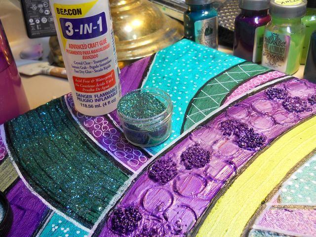 Utilice un adhesivo húmedo aplicar un poco de brillo a algunas secciones.