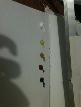 De izquierda a derecha es blanco de titanio, Cad amarillo, ocre amarillo, Burnt Sienna y azul ultramarino