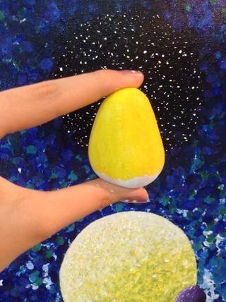 Ahora pintar la piedra amarilla, pero dejan el fondo blanco, ya que vamos a pintar los pantalones minion allí.