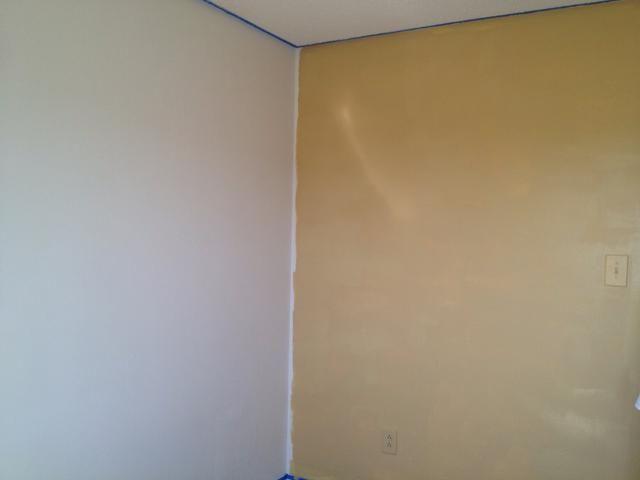 Cinta de encima el techo y el área de la placa base y la pintura de la pared con el encendedor de los colores de la pintura que ha elegido. Deja que se seque por completo.