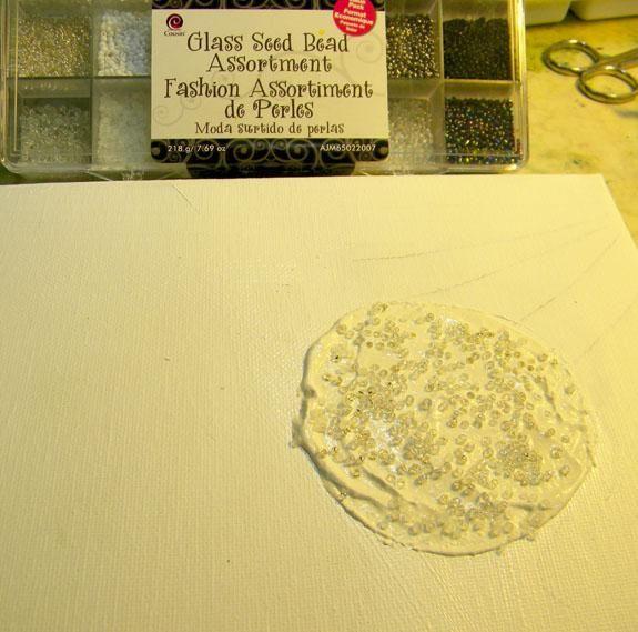 Añadir granos de la semilla de cristal al círculo Estuco y dejar que se seque por completo.
