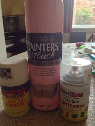 Quería cambiar mi máquina de escribir amarillo a un color rosa pastel y se utiliza Rust-Oleum Candy Pink. yo'd recommend larger cans of primer and clear coat than I used to give really good coverage & more coats.