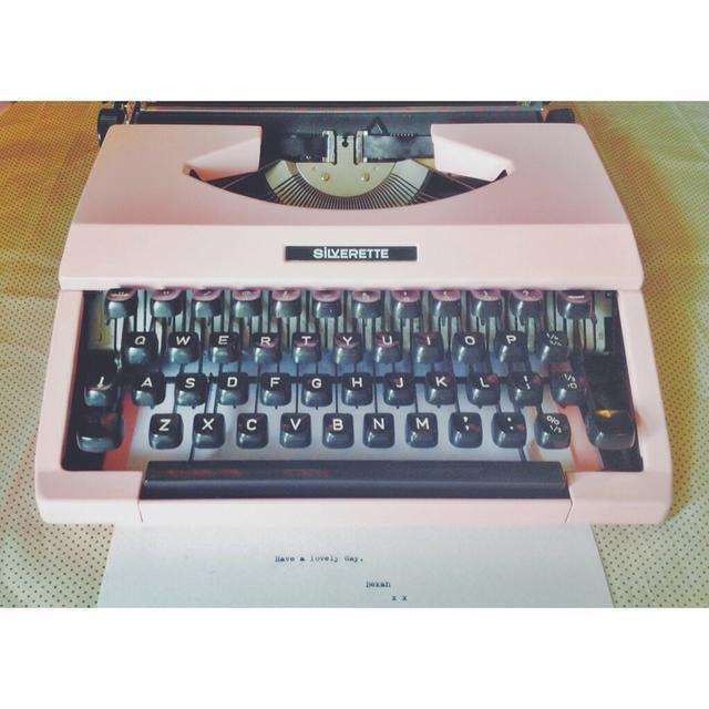 Ta-da! Aquí ella está, equipado con una nueva cinta y listo! Espero que tenga el mismo éxito y disfrutar de su máquina de escribir renovado en los años venideros! : o)