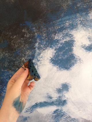 Después de que el blanco está activada, mezclar un poco de negro con azul y púrpura. Esponja esto en acariciando lightly-