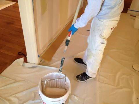 Sumerja el rodillo con generosidad y desplegar el exceso de pintura en la pantalla del rodillo. A continuación, iniciar la pintura. Trabaje de izquierda a derecha con el rodillo siempre comenzando en el centro de la sección en la que comenzó.