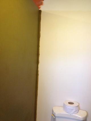 Después de paneles de yeso y lijado se realiza y la pared está libre de todo el polvo, lo que hago cuando me'm painting with 2 colors (2 tone), is to paint the first color a bit over the corner to make sure the corner is filled.