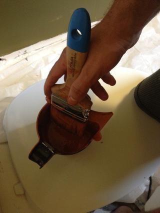 Cuando se sumerge el pincel, simplemente moje la punta y ejecutar un lado de las cerdas contra el borde del cubo de pintura para tensar el exceso de pintura en el cubo. Deje el otro con el exceso de pintura en él.