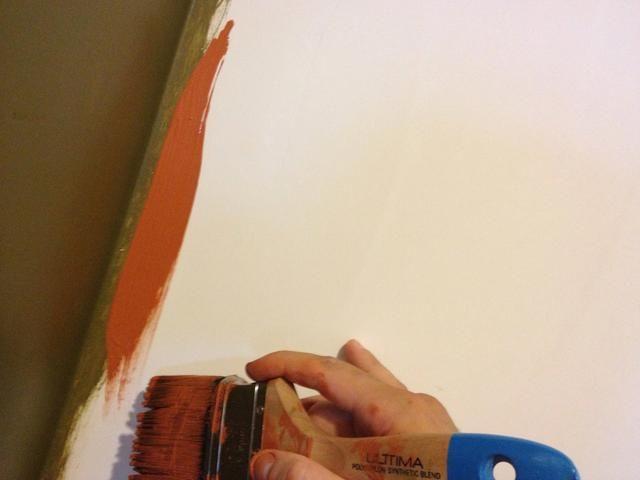 Enfréntate a un lado de la brocha con pintura extra en la directa hacia la esquina y ejecutarlo por la pared cerca de la esquina. Don't worry about getting close too close to the corner just yet.