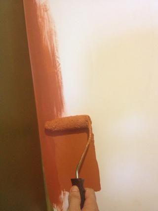 Si es un gran muro, utilice el pequeño rodillo primero en wides los bordes antes de llenar el centro con un rodillo grande.
