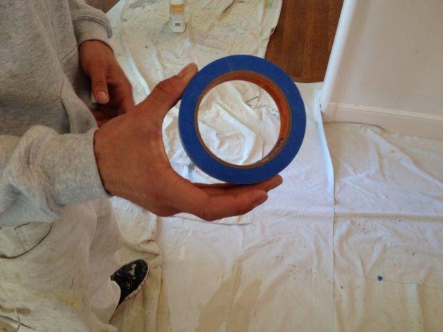 Comience el enmascaramiento de la carpintería con cinta azul.
