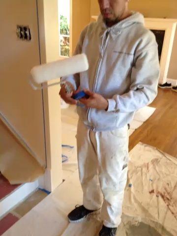 Retire las fibras desde el rodillo con cinta azul. La razón por la que hacemos esto es para evitar que las fibras de la liberación en la pared.