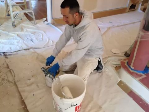 Ponga su pintura en el cubo y reservar algunas para cepillar los bordes.
