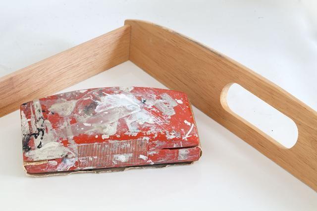 Comience por el lijado de la superficie de la bandeja a ligeramente áspera hacia arriba para que la pintura tiene algo que adherirse. Limpiar y dejar secar. Ir sobre la superficie con un paño antiestático para asegurarse de que se haya eliminado todo el polvo + suciedad.