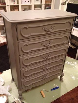 ¡Completar! Opté por pintar las manijas del mismo color que la cómoda - esto se ve muy bien cuando se utiliza la pintura plana, así cuando los mangos son estáticas (sin partes móviles) sin pintura se descascara.