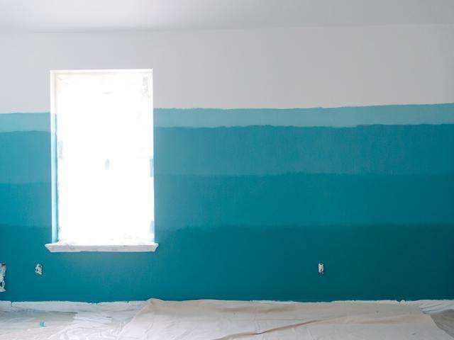 Entonces, he mezclado mi Blanco sobre la pintura blanca y el azul marino en mi otro cuarto puede conseguir un color azul claro. Lo pinté encima de la sección Blue Marine.