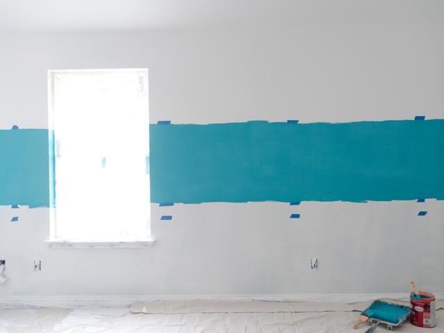 La primera vez que pinté el Glidden Paint + Primer en azul marino en la parte superior que he marcado. Yo no't worry about trying to make a straight line since I'll be blending colors.
