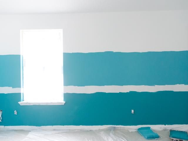 Entonces, pinté el Glidden premium Paint + Primer en Deep piscina en la parte inferior que he marcado en la pared.