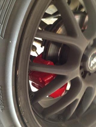 Cuando esté satisfecho con la apariencia y el número de capas, que're done. Replace the retaining spring, bolt on tire, and lower.