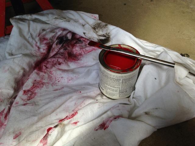 Yo uso una lona para evitar que la pintura se caiga y manchando el suelo.
