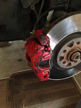 Una vez que tú've removed the wheel and exposed the caliper. You now have access to do your work.