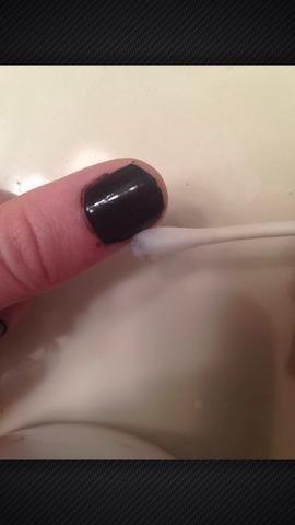Sumerja un q-tip en quitaesmalte y limpiar los bordes sucios.