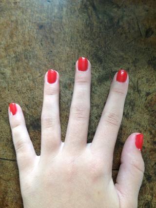 Pinta tus uñas todo en su tarjeta roja. ??????