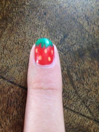 Añadir pequeños puntos amarillos para las semillas y las uñas lindas fresa son buenos para ir!