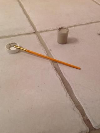Me encontré de verter la pintura lechada en un recipiente pequeño era más fácil que usar la tapa y un cepillo de dientes. También estoy usando un cepillo artista ángulo rígido. Todos's tile is different, use what works best :)