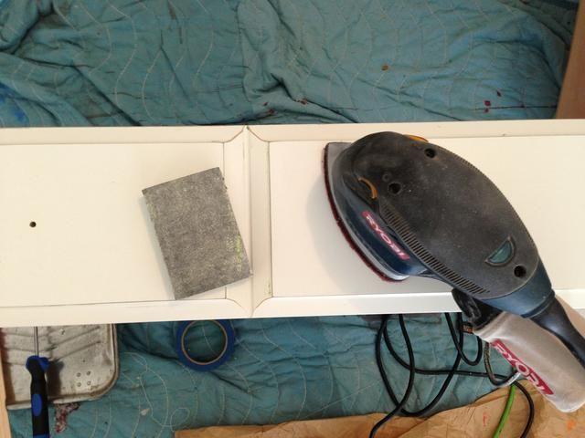 Lije ligeramente la vieja superficie de sus cajones para permitir la nueva pintura se adhiera. A continuación, utilice pintor's tape to protect the edges of the table that you don't want painted.