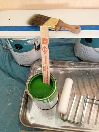 Revuelva la pintura y se vierte en la sartén.