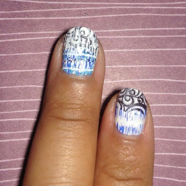 Con un cepillo de uñas de arte fino crear rayas pequeñas que dejan un vacío blanco en el medio.
