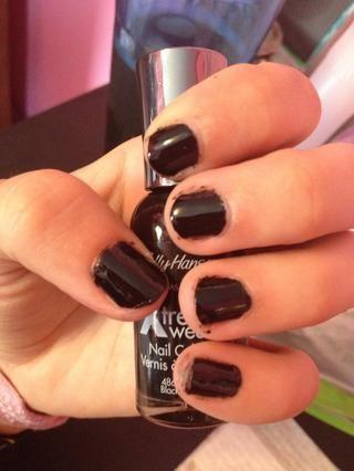 Pinta tus uñas negro para la base. Solía Sally Hansen