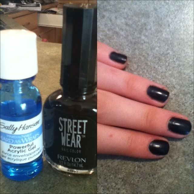 Ponga una capa inferior en (opcional!), Y luego pintar las uñas negro.