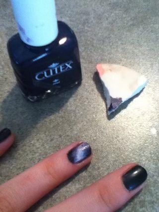 Ponga púrpura sobre la esponja, y aplíquelo en los lados de la blanco, mezclar de nuevo en el negro.