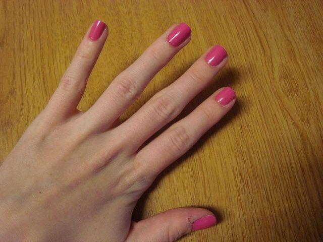 Después de aplicar una capa de base, pintar en dos manos de su color de uñas.
