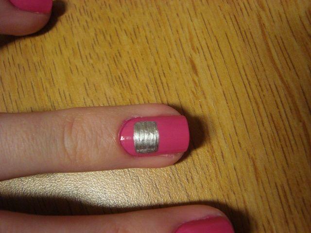 Comenzando en la parte superior de la uña, tome su striper plata y formar un rectángulo.