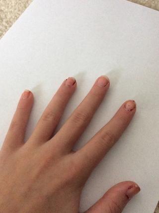 Pinte una capa de esmalte transparente en las dos manos