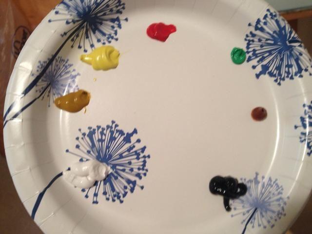 Consiga todas sus pinturas junto a su plato y golpeó el lienzo!