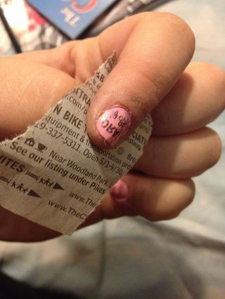 Remoje la pieza en alcohol y luego pulse rápidamente a la uña pintada y squeeze