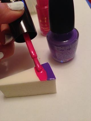 En su composición limpieza esponja, pintura rayas de los colores elegidos en horizontal a lo largo. Asegúrese de que usted comienza en la base de la esponja para que pueda alinearla con la base de la uña.
