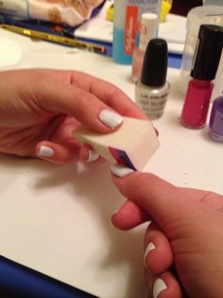 Alinear la esponja con la uña, con la base de la esponja en el lecho de la uña. Seque el color en en un movimiento de balanceo fluido. En esta etapa,'s never neat!