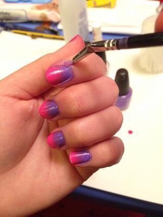 Limpie tiempo! Use una combinación de almohadillas de algodón, brotes y un cepillo de uñas de arte (si lo tienes) sumergido en removedor de esmalte de uñas. Entra en esas cutículas!