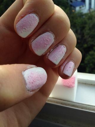 Esponja que en 2/3 de las uñas (tomar la esponja y presione ligeramente contra la uña)