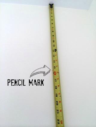 Marque la primera raya. Mida su primera raya de la marca techo- en lápiz sobre cada 12 pulgadas. Ningún muro es perfectamente recta para marcar a lo largo de la pared.