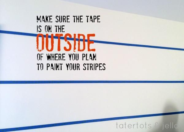 Coloque el pintor's tape (OUTSIDE the lines). I have to double-check this every single time. Make sure to place the tape on the side of the line where you DON'T want the paint to go.