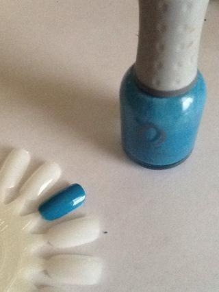 Empieza por pintar las uñas un color azul claro. Si va a pintar directamente sobre las uñas, asegúrese de usar una capa base primero para proteger las uñas.